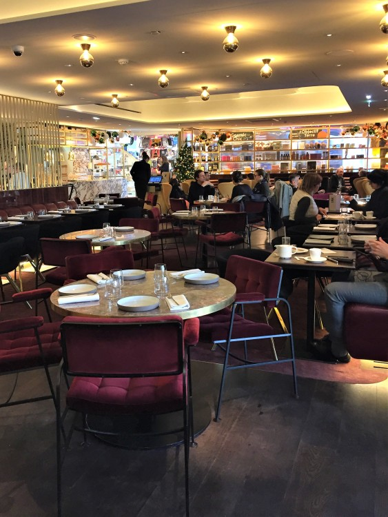 Interior do restaurante Le Drugstore