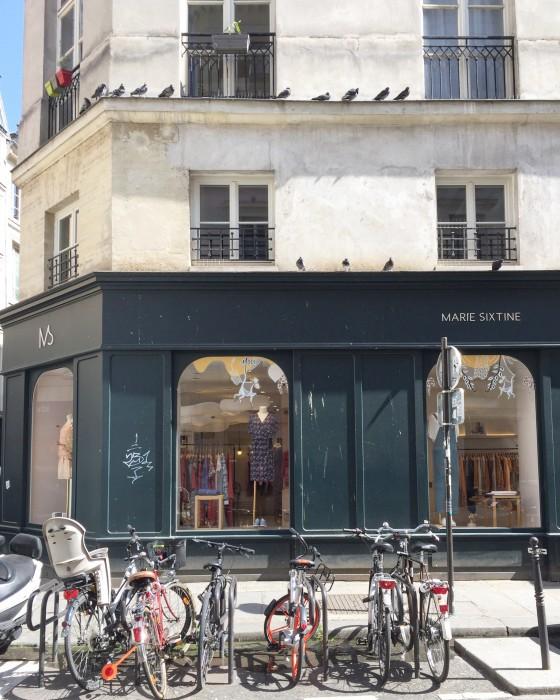 Lindas fachadas do comércio no Haut Marais.